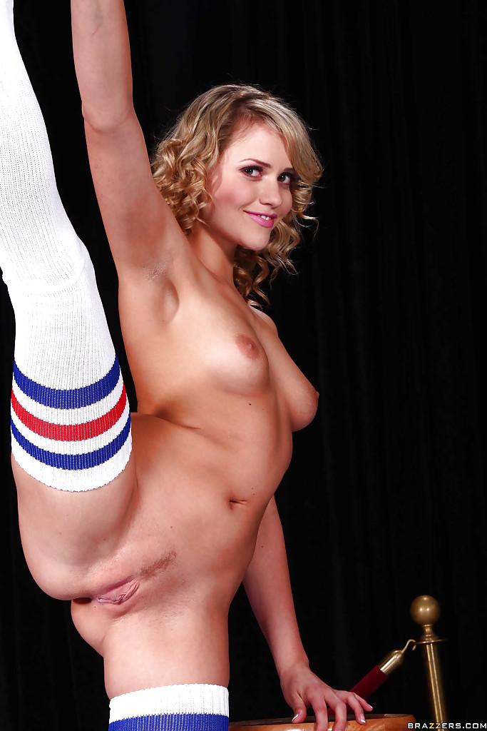 Нагая гимнастка бахвалится грудями вблизи от стула