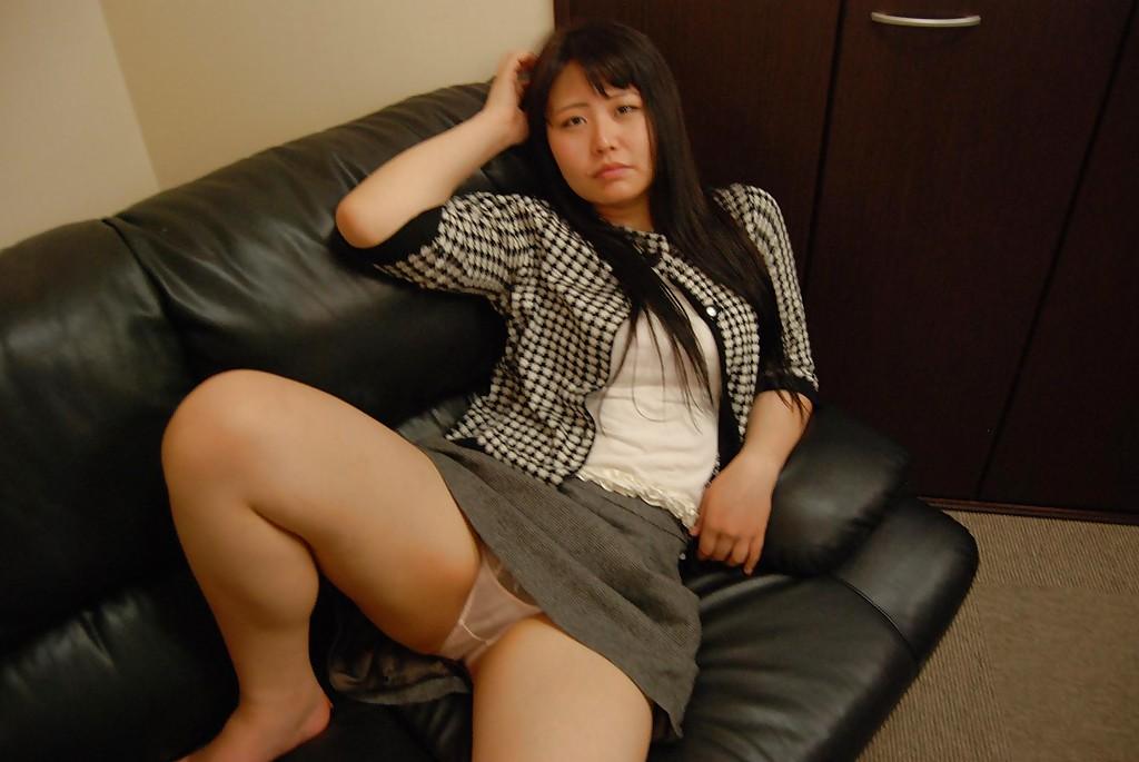 Пухленькая азиатка мастурбирует сидя на диване