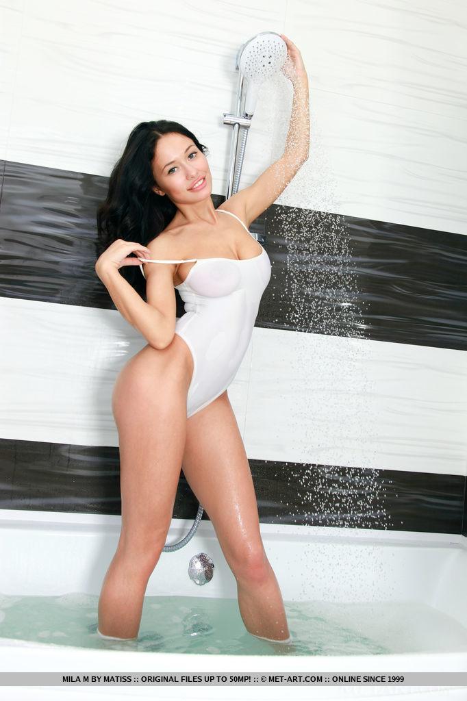Стройная искусница принимает водные процедуры в ванной комнате