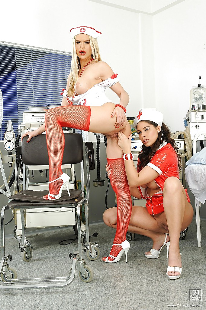 Две медсестрички занимаются любовью в кабинете
