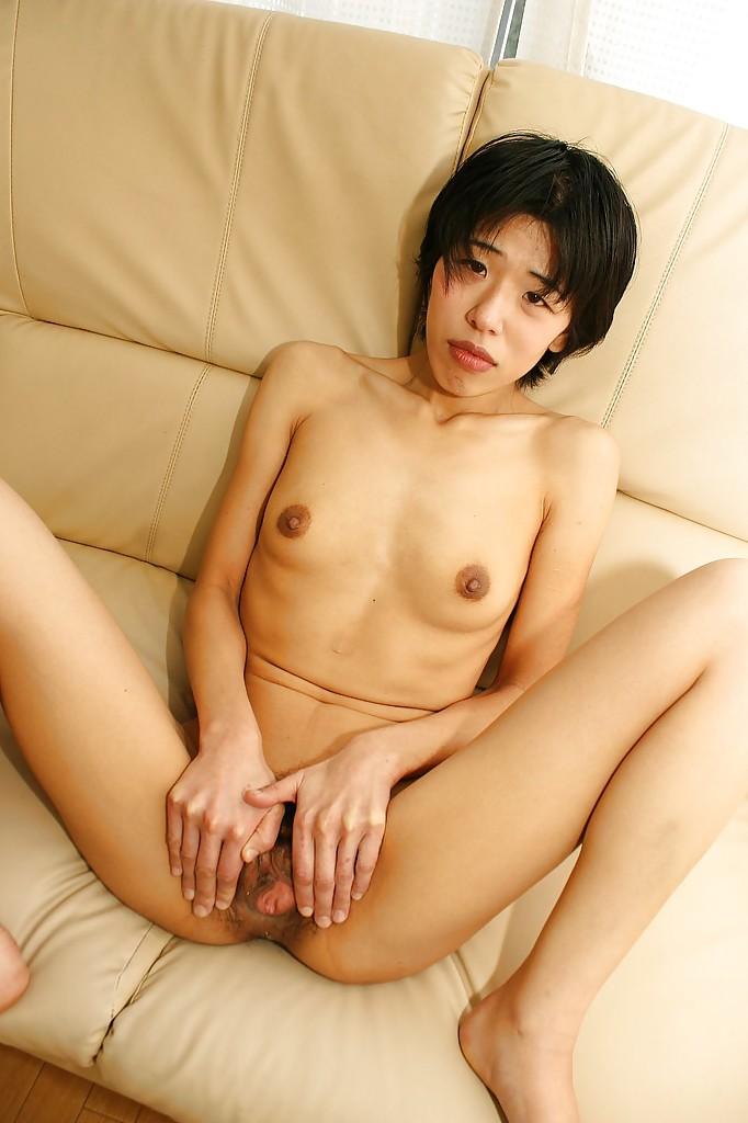 Лежа на кушетке зрелая японка теребонькает мохнатку секс игрушкой