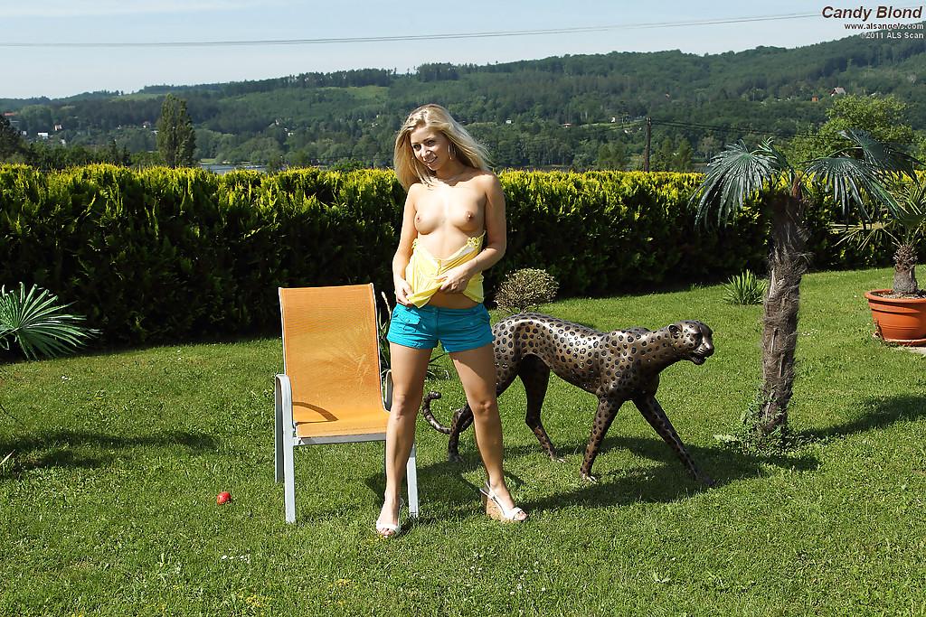 Блондинка в общественном месте трахает себя большим самотыком смотреть эротику