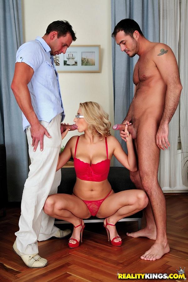 Соблазнительная сучка занимается сексом с Двумя пареньками одновременно