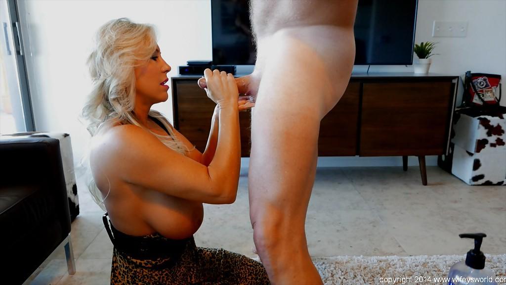 45 Летняя блондинка лижет пенис супруга дома секс фото