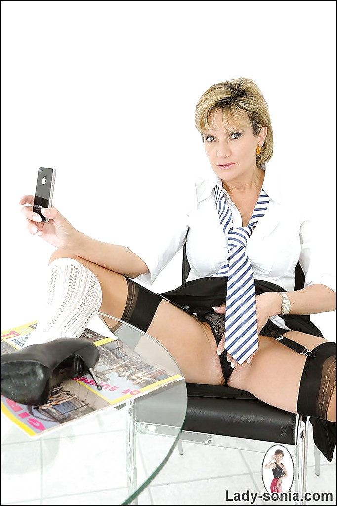 Зрелая бизнес-леди хвастается буферами во время перерыва