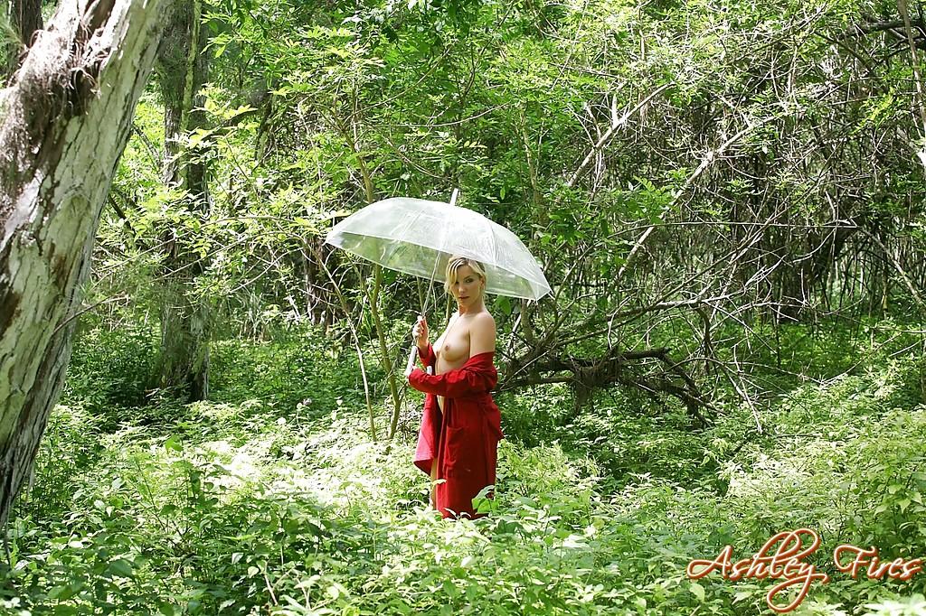 Проститутка с зонтом проветривает сисяндры на поляне