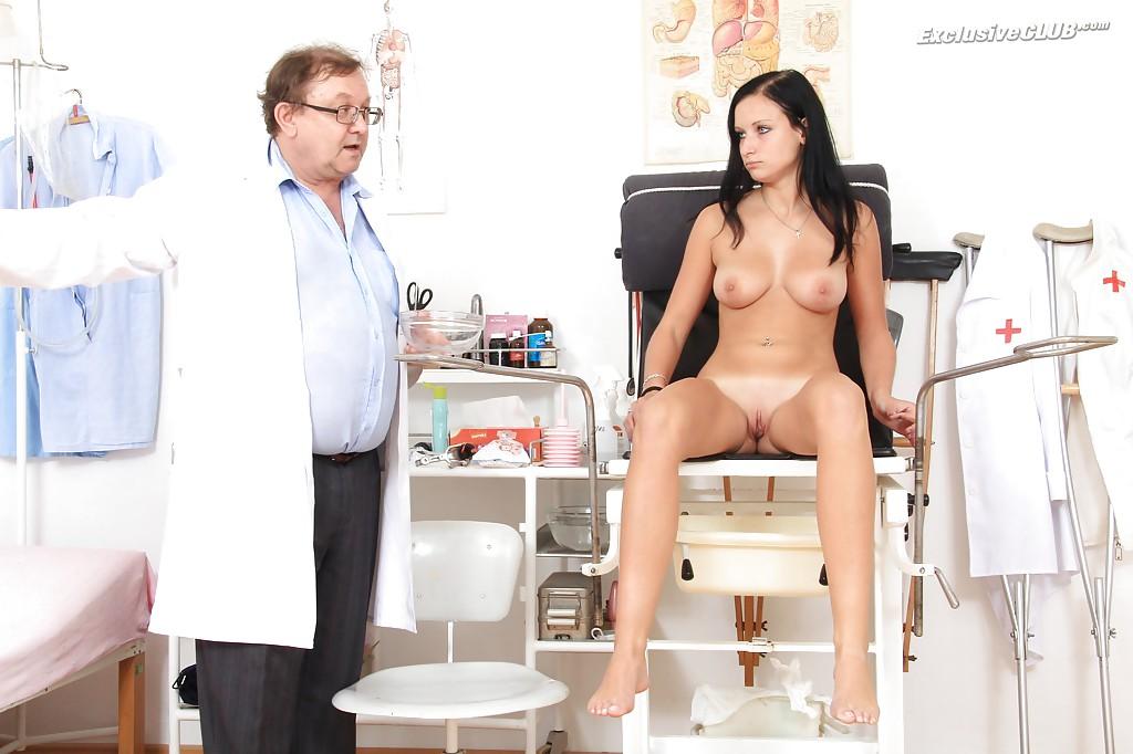 Гинеколог обследует киску молодой брюнетки пришедшей к нему
