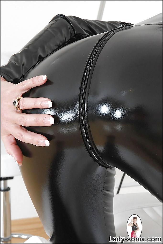 Бабуля в чёрном латексе игриво снимается для фотосессии