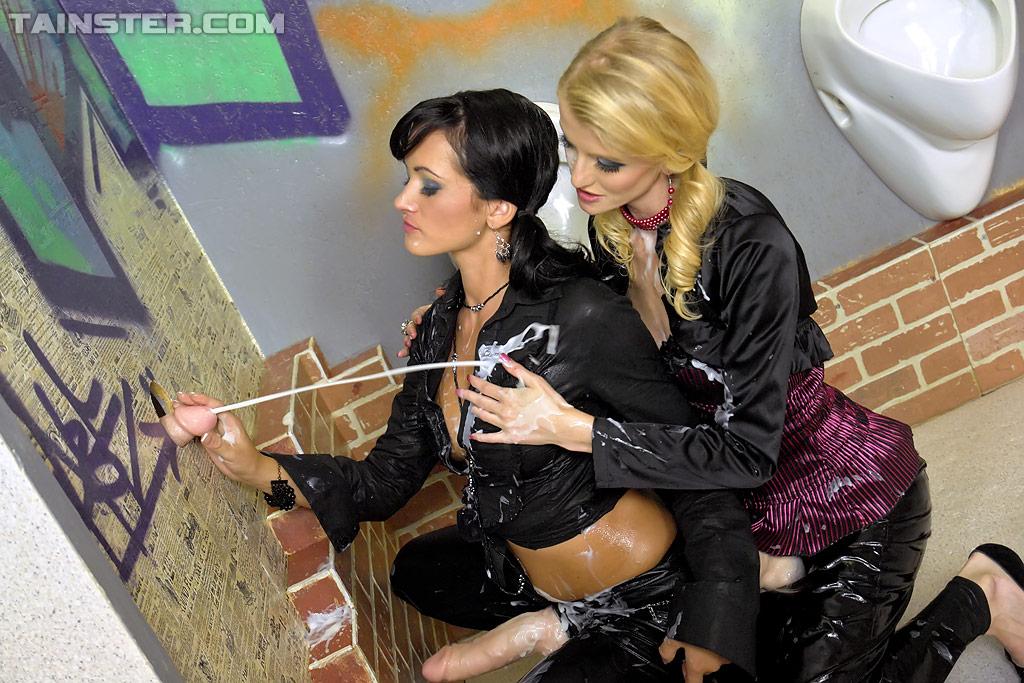 В туалете Две лесби поливают друг дружку кончей