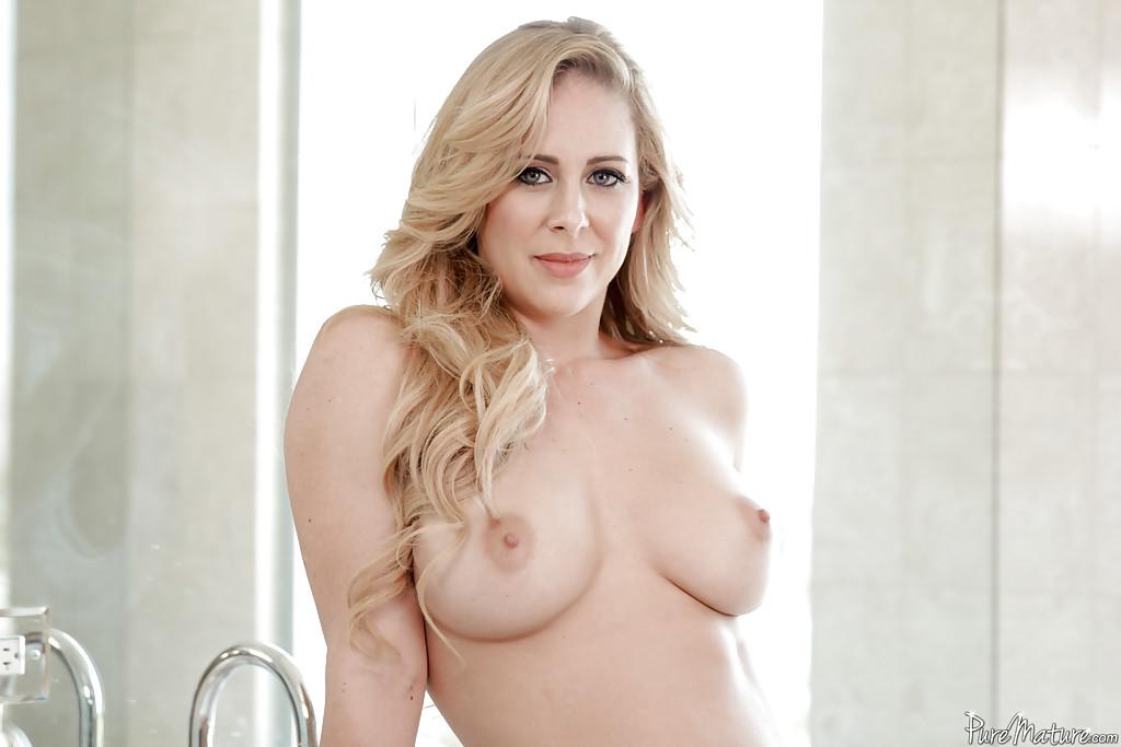 Сексуальная мама блистает киской в светлых апартаментах