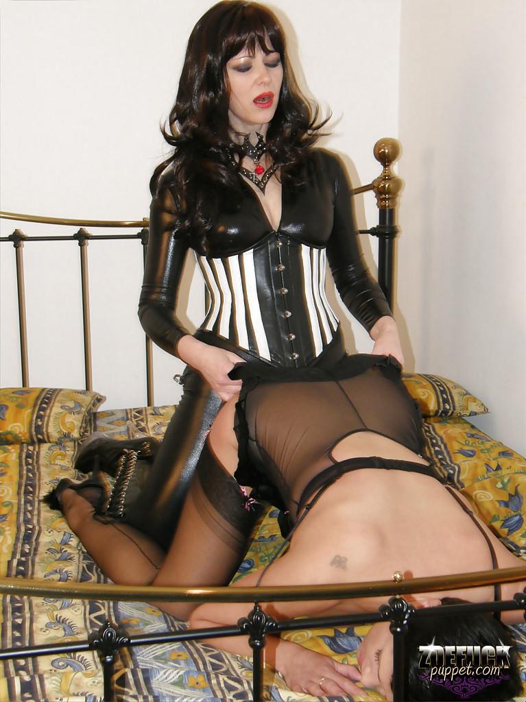 В кровати строгая лесбуха жарит девушку черным дилдо