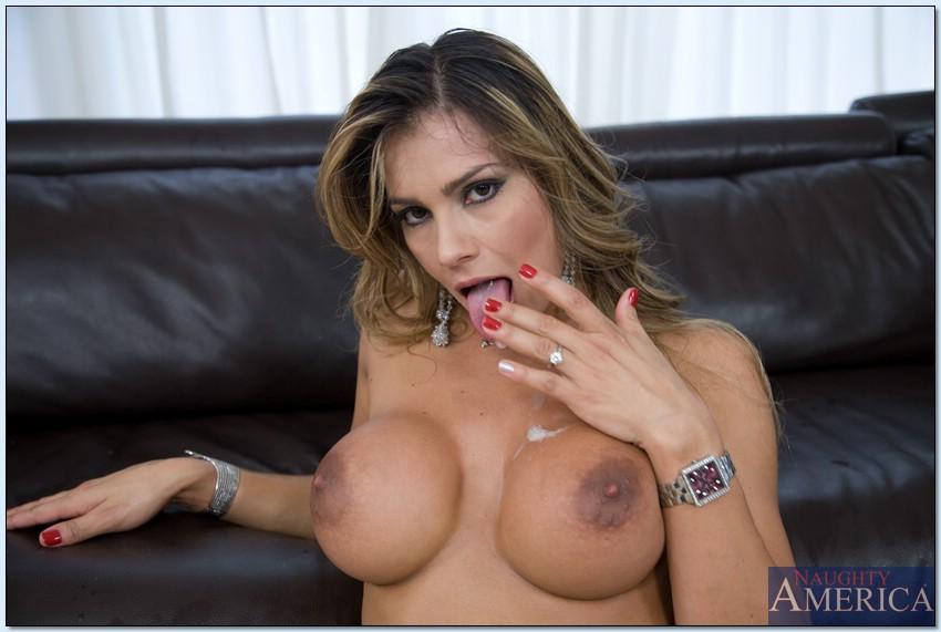 Esperanza Gomez трахается с красавчиком на диване