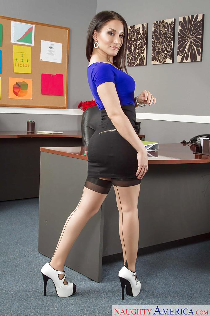 Великолепная секретарша мастурбирует в кабинете