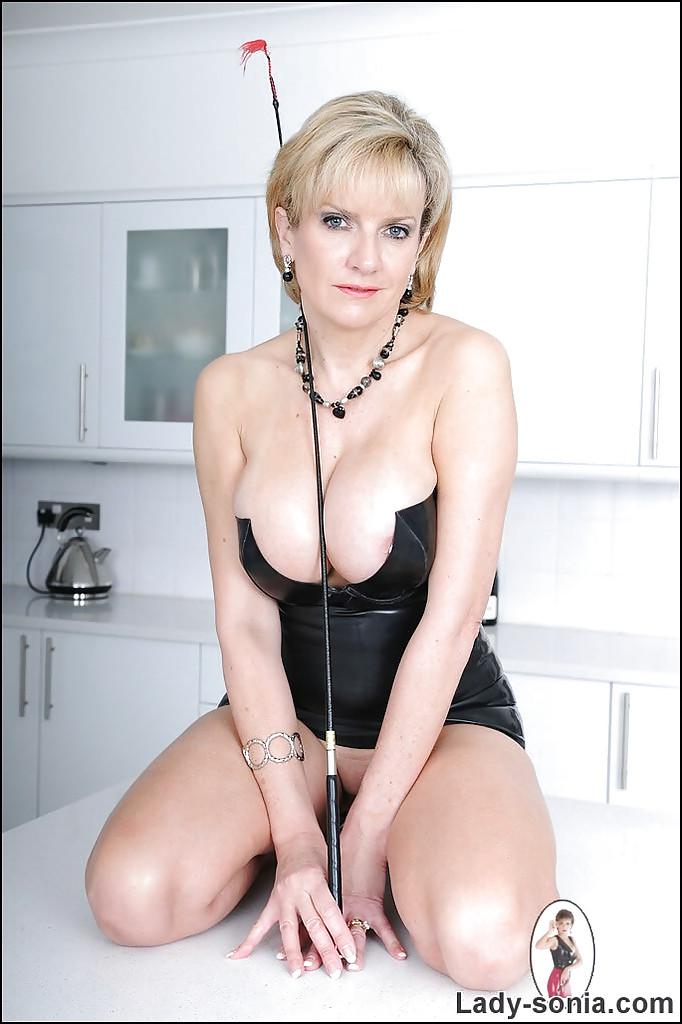 Умелая повелительница мастурбирует на кухне