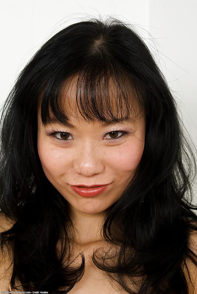 Брюнетистая азиатка оголилась недалеко от компьютерного стола
