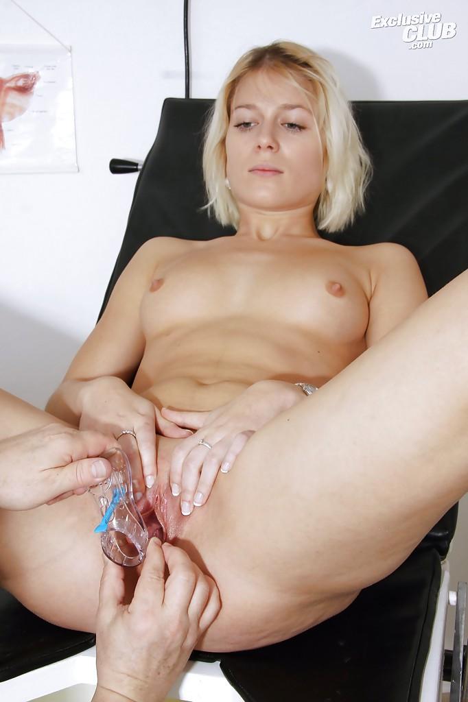 В кабинете врач обследует манду раздетой блондинки