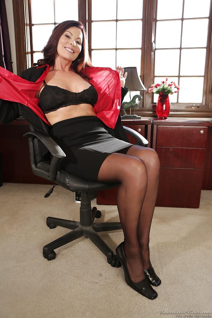 Взрослая бизнес-леди скинула одежду на рабочем месте
