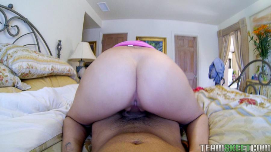 Попастая девка скачет на пенисе возбужденного парня