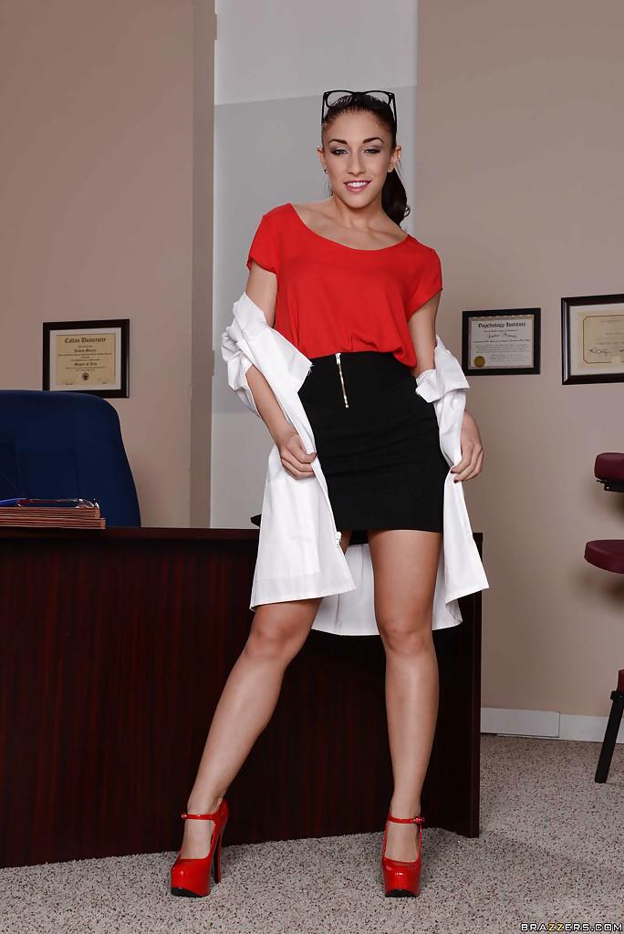 Роскошная медсестра сняла всю одежду у себя в кабинете