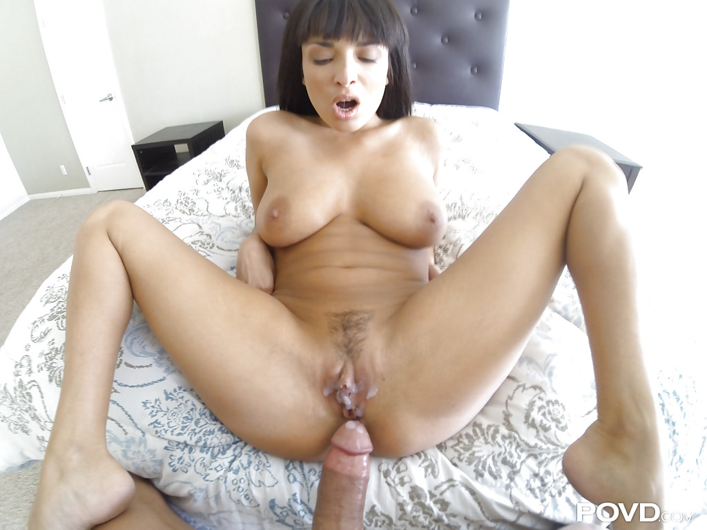 На постели пацан жарит грудастую шатенку секс фото