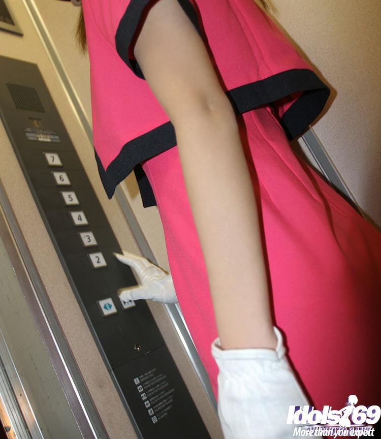 Стоя в лифте 19-летняя китаянка показывает лохматую киску секс фото