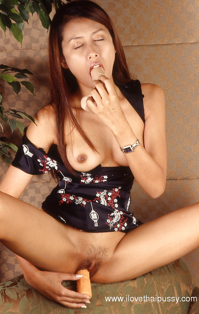 В спальне обнаженная японка массирует свою пизду