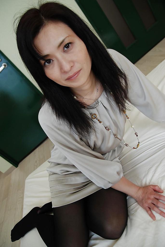 В квартире азиатская мамка показывает голое тело