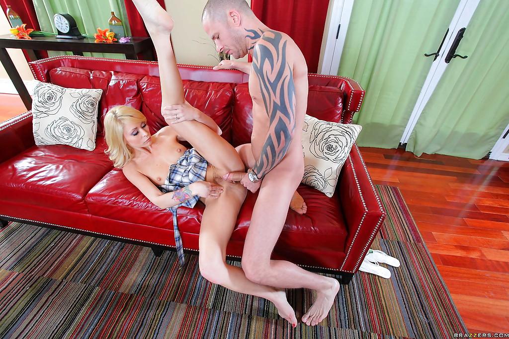 Пацан ебет супругу громадным болтом на красном диване секс фото