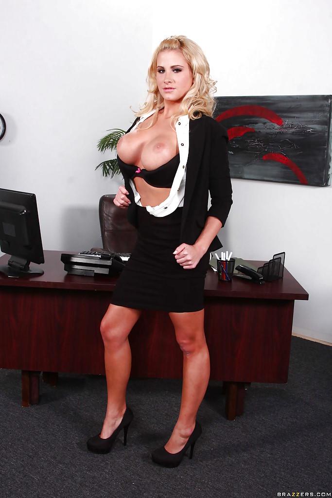 Сисястая секретарша светит мандой на рабочем месте
