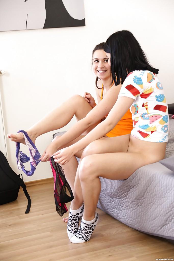 18-летняя брюнетка удовлетворяет голую подружку в койке