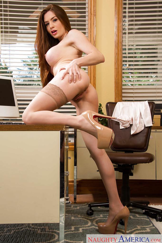 Секретарша оголила большие бидоны на рабочем месте