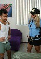 Преступник трахает в спальне сисястую полицейскую 1 фотография