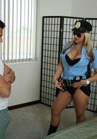 Преступник трахает в спальне сисястую полицейскую 2 фотография