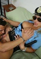 Преступник трахает в спальне сисястую полицейскую 3 фотография