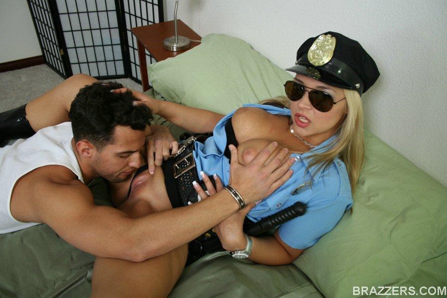 Преступник ебёт на кроватке грудастую полицейскую