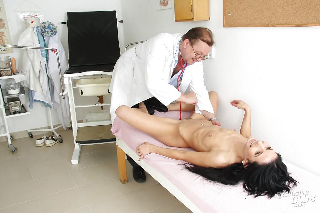 Гинеколог обследует совершеннолетнюю шатенку на рабочем месте