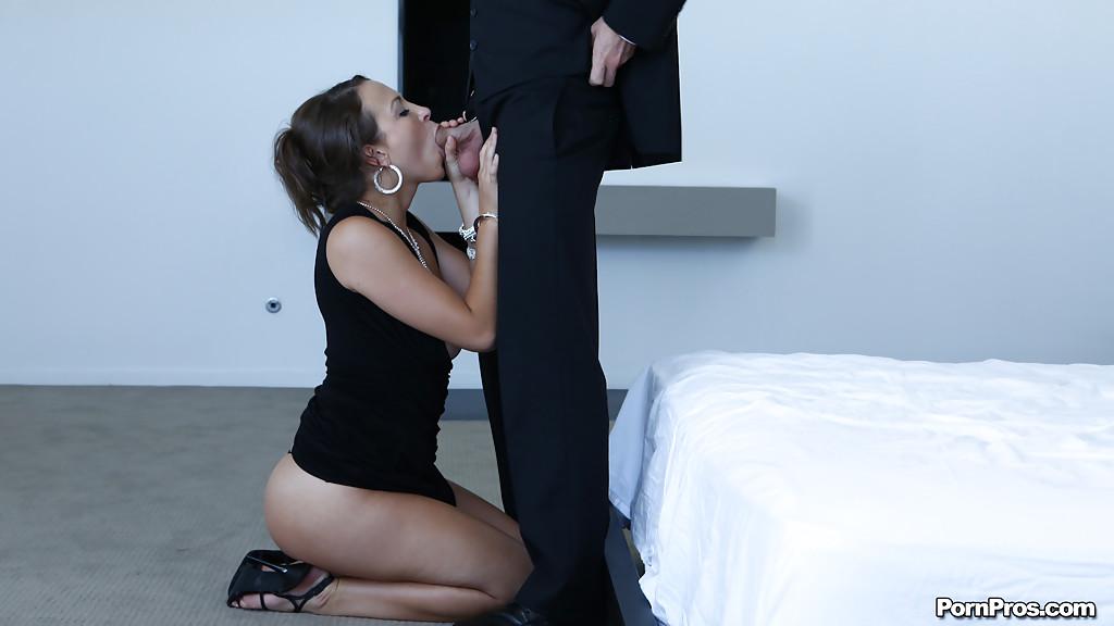 Элегантная особа женского пола гладит ртом яйца джентльмена