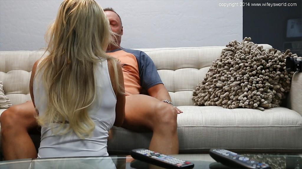 Сидя на софе качок заслужила минет от блондиночки