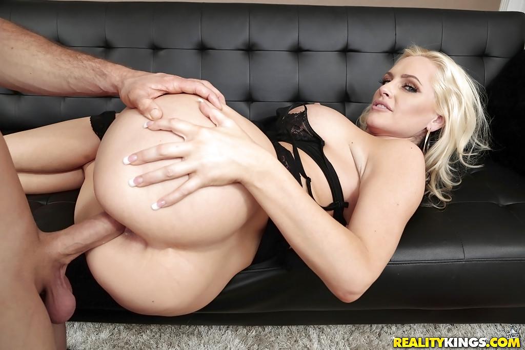 Парнишка жарит грудастую мамашу на диване