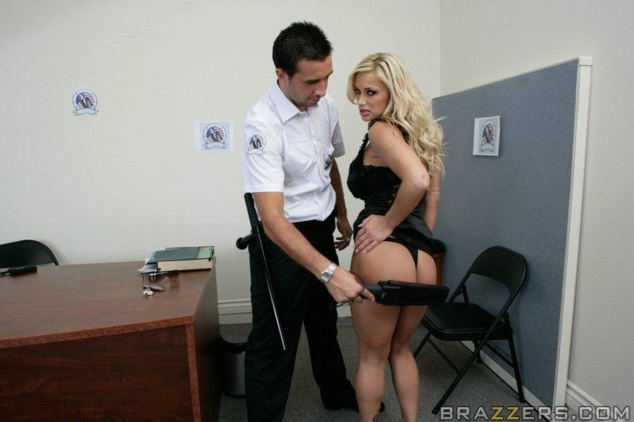 В комнате для допросов полисмен трахает в анал преступницу