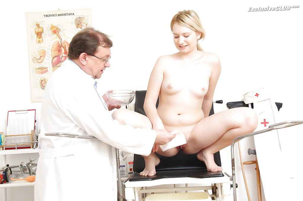 Доктор засунул клизму в киску обнаженной сучки со свелыми волосами