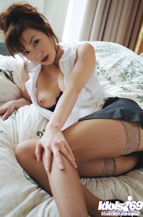 Азиатская сучка фотографируется в кровати в эротическом белье