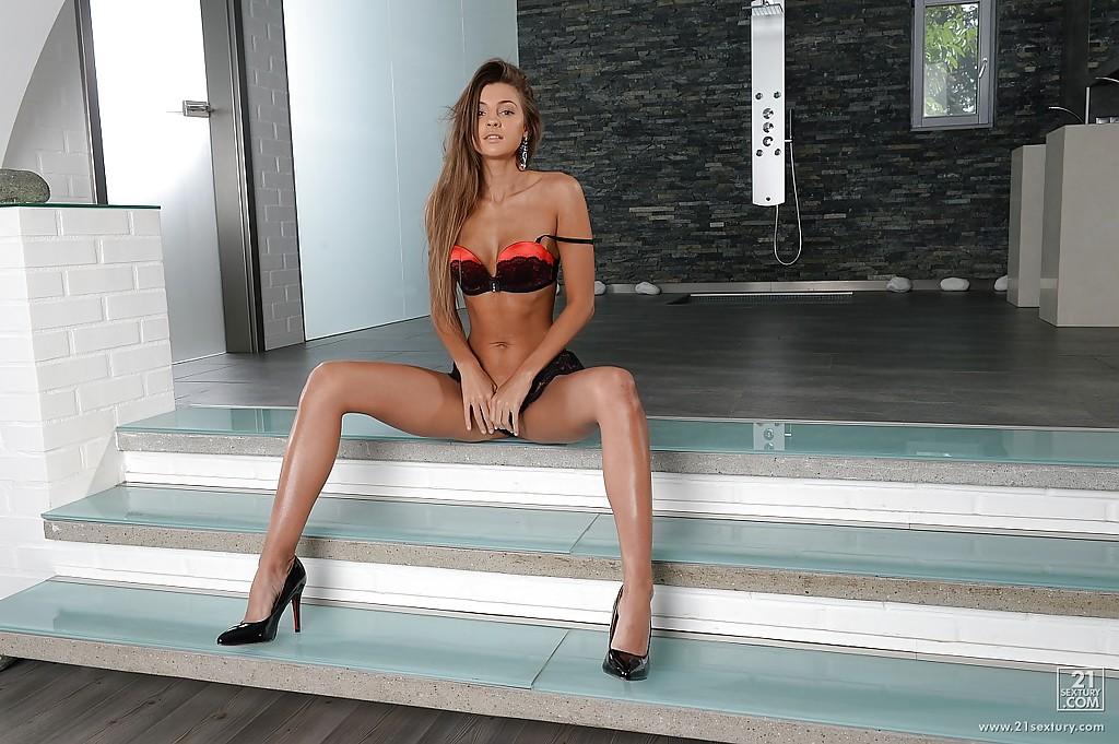 Игривая красотка сексуально позирует на лестнице