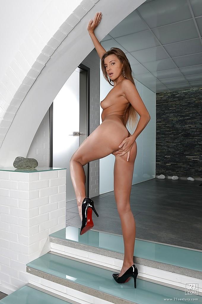 Красивая милашка эротично позирует на ступеньках