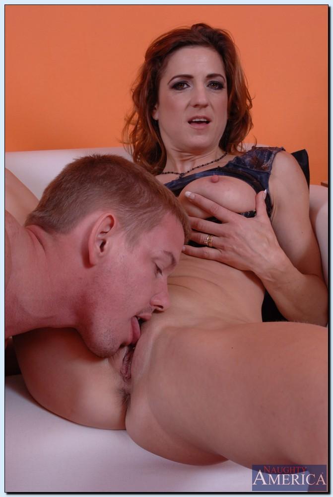 Ухажер трахает милфу в киску у нее дома секс фото