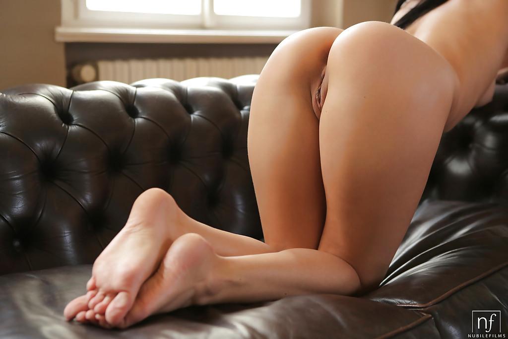 На кожаном диване паренек лижет писю девахи