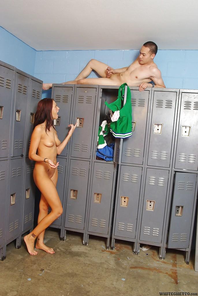 В раздевалке футболистка кусает фаллос онаниста