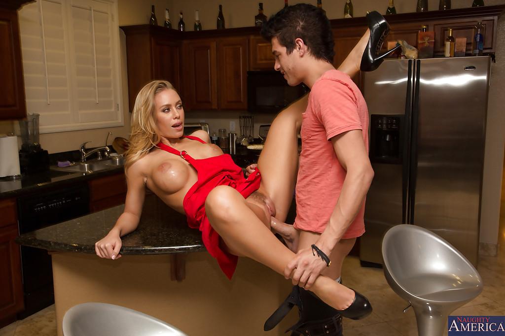 Супруг трахает на кухню тридцатидвухлетнюю домохозяйку