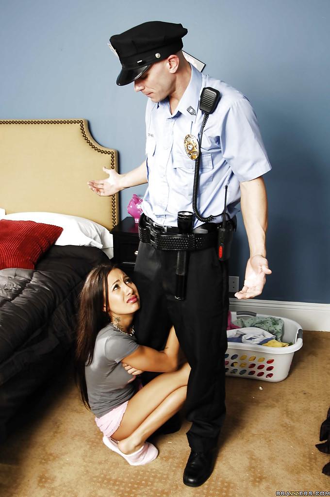Амина вызвала домой полицейского чтобы переспать с ним