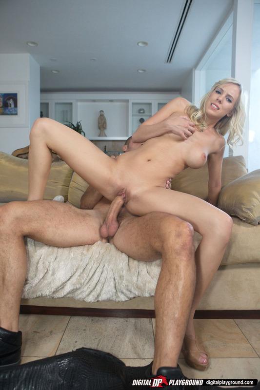 В квартире блондинка занимается любовью с баскетболистом